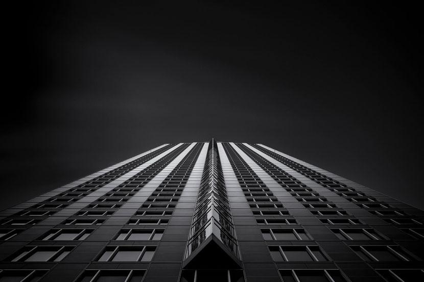 Frankfurt - MesseTurm (Copyright Martin Schmidt, Fotograf für Schwarz-Weiß Fine-Art Architektur- und Landschaftsfotografie aus Nürnberg)