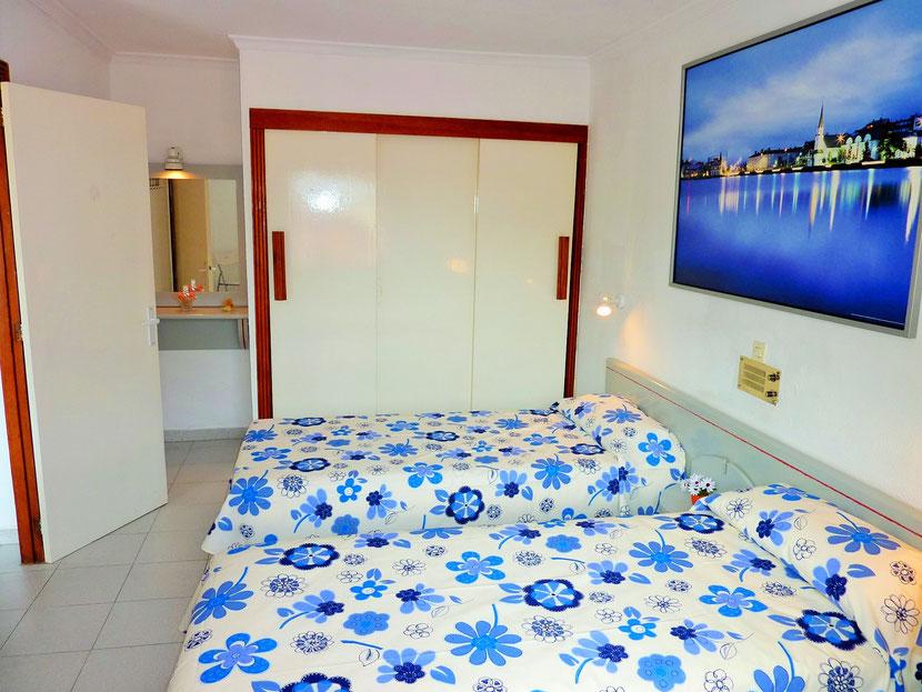 Slaapkamer met twee 1 persoonsbedden (tegen elkaar aaneenschuifbaar)