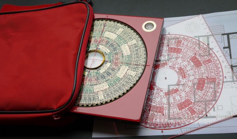 Howard Choy's Luopan mit Tasche von FORMOSA Art