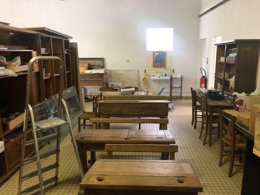 La reconstitution de la salle de classe commence à prendre forme.