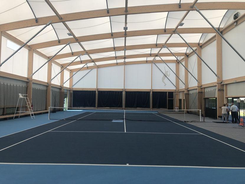 Le court de tennis est équipé de deux espaces de stockage pour le matériel. Photo: C.B