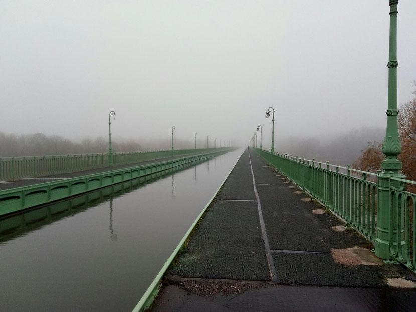 Victor à l'aube sur le pont canal de Briare.  Si, si, regardez bien tout au loin !
