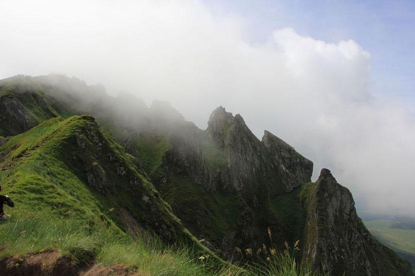 Nous grimpons dans la brume