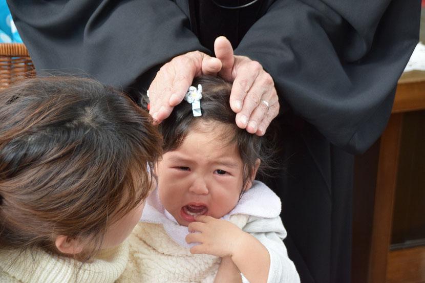2017年11月12日(日)のこども祝福礼拝にて AOIちゃん 1歳(双子ちゃんです)、髪飾り?が「青色系」が目印?