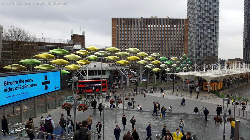 Stratford Center und Busbahnhof (rechts), hinter mir Westfield London (London´s größtes Shopping Center)