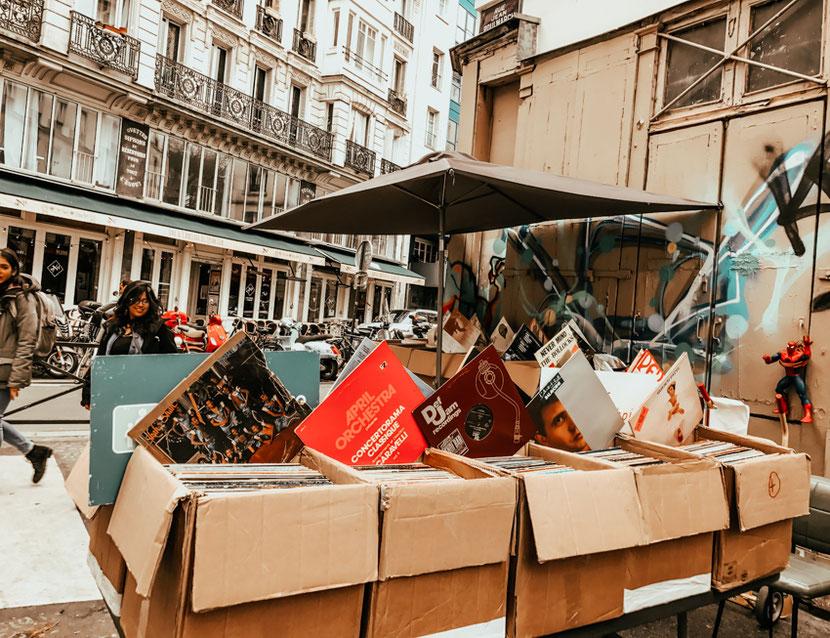 винтажные рынок возле канала Сен-Мартен в Париже