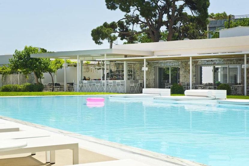 отель с бассейном в Неа Макри на первой линии