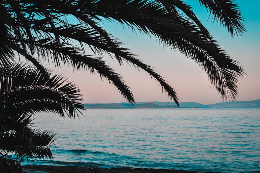 чистое море, песчаный пляж, горы, пальмы - идеальное место для отдыха возле Афин в Неа Макри