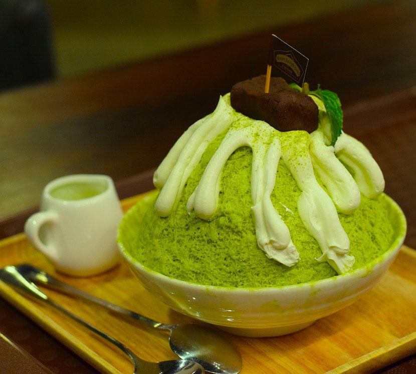 необычное зеленое мороженое из чая матча в Гонконге с зеленым латте