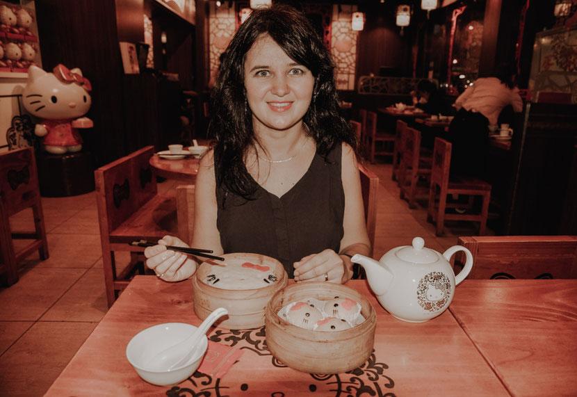 необычные рестораны и тематические кафе в Гонконге. На этом фото я в ресторане Hello Kitty