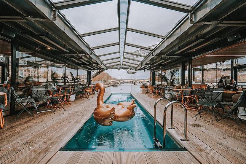 необычный плавающий отель на реке в Париже