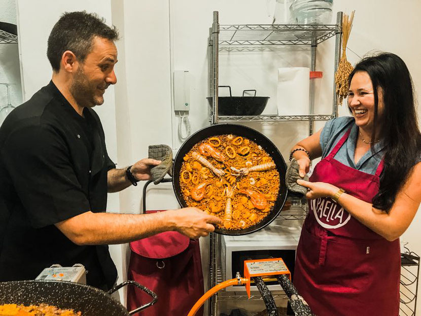 how to meet people while traveling: go on a workshop or a cooking class