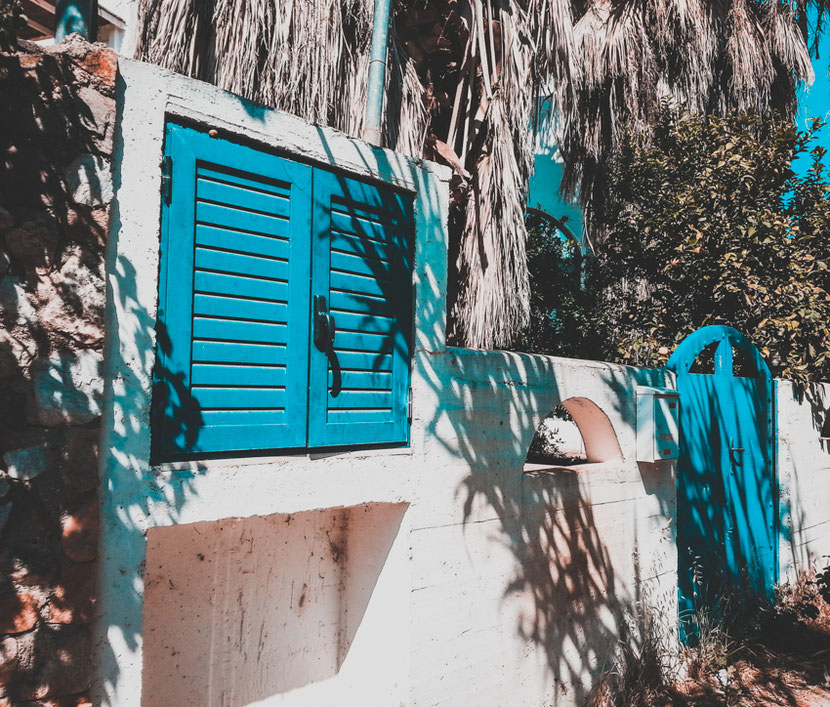 колоритная греческая архитектура в Неа Макри возле Афин