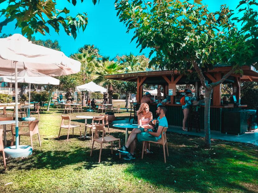 пляжный бар и расслабляющая музыка в Неа Макри возле Афин