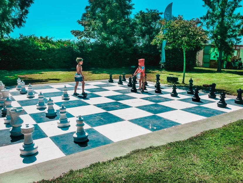 гигантские шахматы - развлечение для детей в Неа Макри