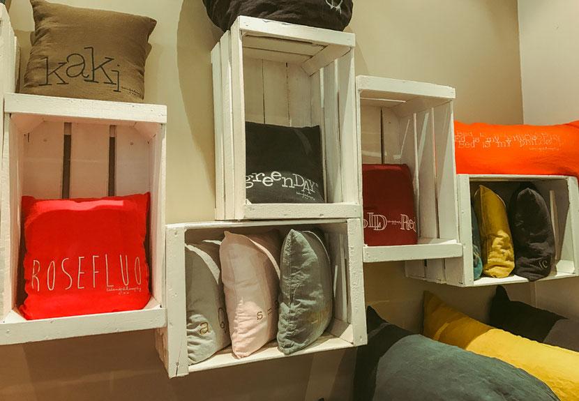 дизайнерский магазин на канале Сен Мартен в Париже с яркими подушками