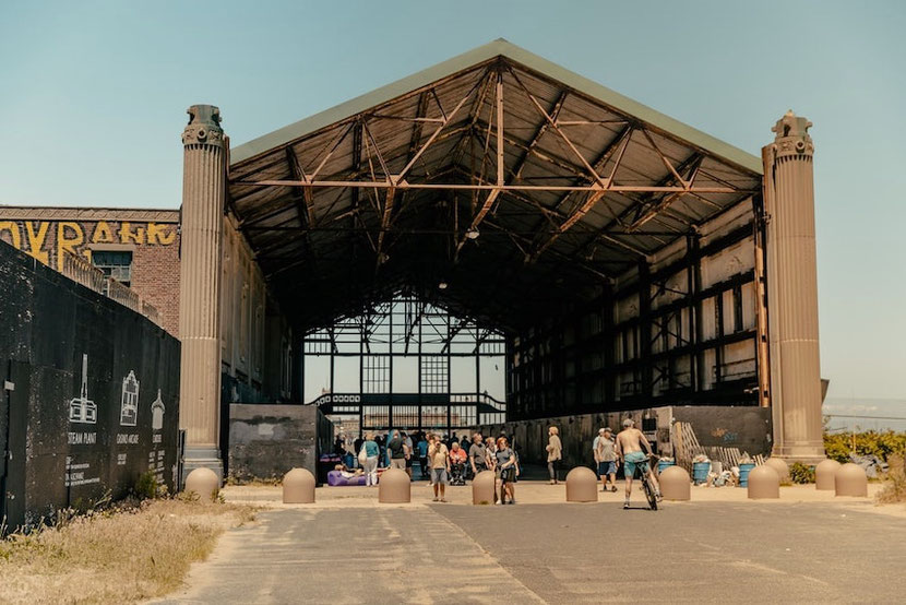 нетуристическое место в Милане Hangar Bicocca в бывшей фабрике