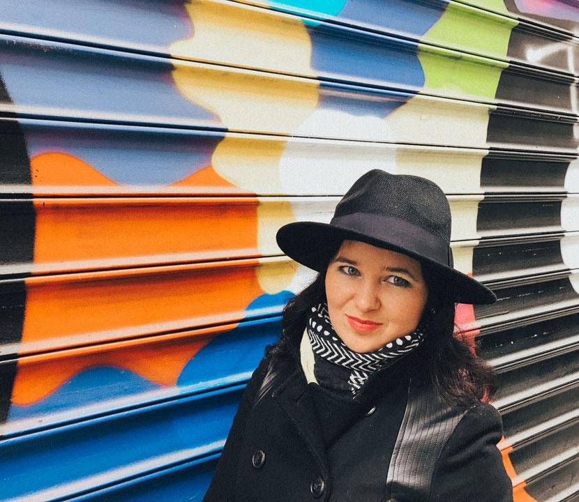 красочный стрит-арт на Канале Сен-Мартен в Париже