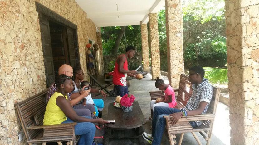 """""""Marijani Holiday Resort"""", bâtiment principal de l'entrée. Les clients sont servis une noix de coco fraîche"""