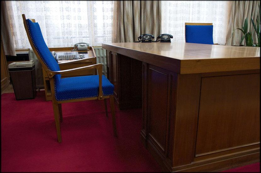 Wuchtig: Schreibtisch von Erich Mielke - das weiße Telefon war eine Standleitung zu Erich Honecker