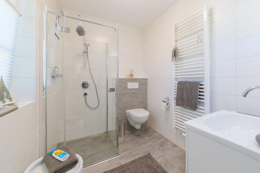 Das Badezimmer im EG ist sehr geräumig