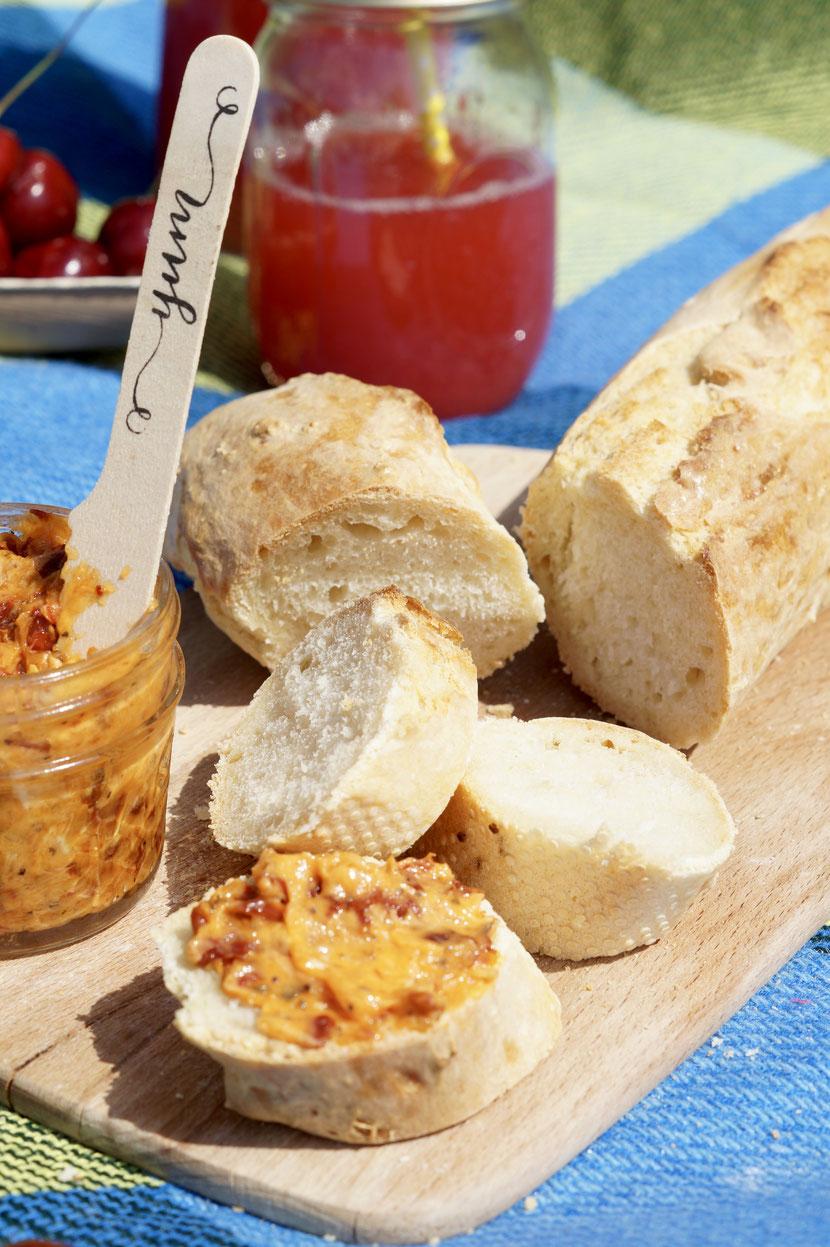 Magisches Baguette und Tomatenbutter beim Picknick