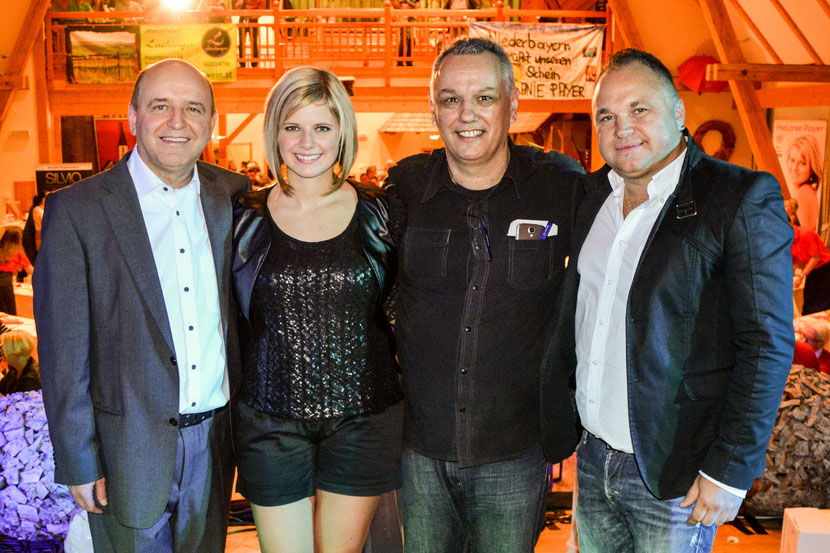 (Foto: v. l. Josef Trojer (Management), Melanie Payer, Franz Guzelnig (Komponist/Texter), Markus Holzer (Produzent))