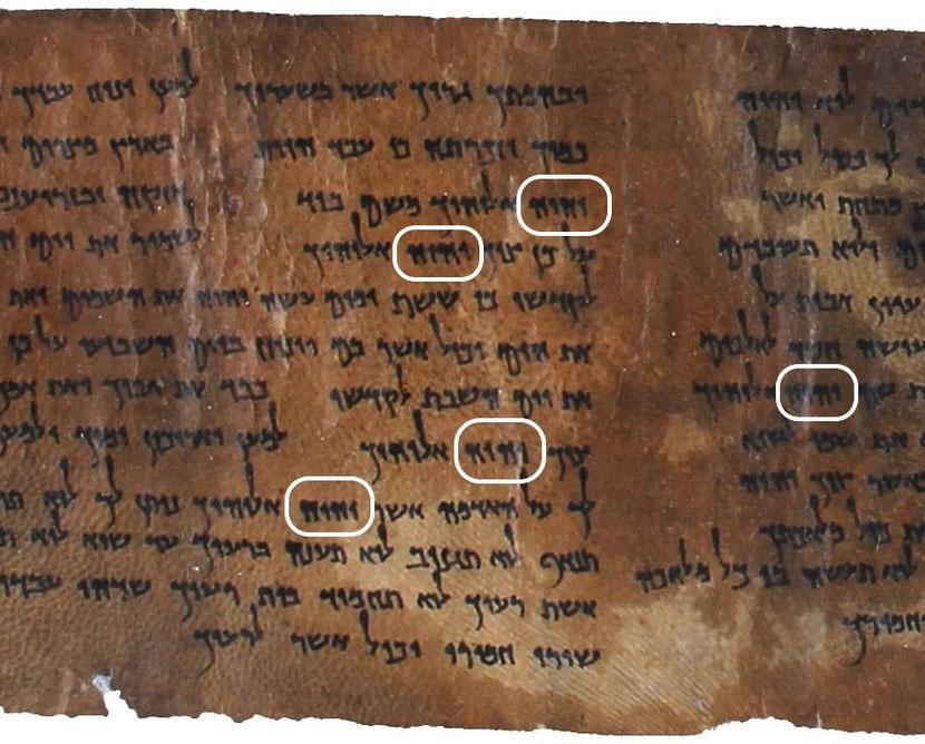 Les Tétragrammes du Nom de Dieu après agrandissement d'une partie de 4Q41 ou 4QDeuteronomy, découvert en 1952 dans la grotte 4, est un manuscrit datant du premier siècle avant J-C.