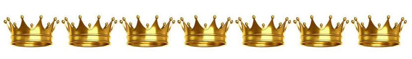 Jésus porte de nombreuses couronnes sur sa tête.  Les nombreuses couronnes exaltent la plénitude et la puissance de son règne glorieux. On peut imaginer que ces couronnes sont au nombre de 7 (tout comme les 7 cornes et les 7 yeux de l'Agneau).