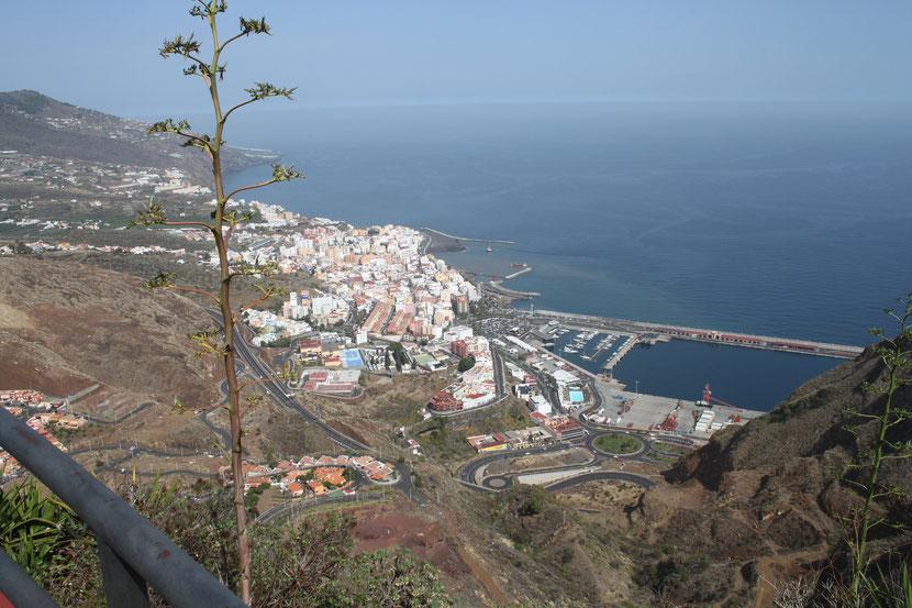 Blick auf die Hauptstadt Santa Cruz mit Hafen.