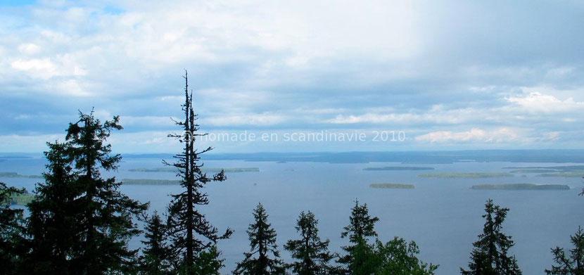 """La vue sur le lac Pielinen qui constitue le """"Paysage National Finlandais"""""""