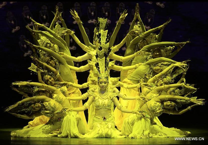 Représentation dansée du boddha Guanyin à Urumqi, le 25 juillet 2015.