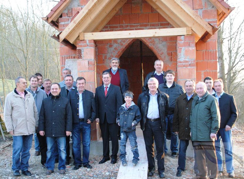 Die Josefi-Stammtisch-Mitglieder vor dem Rohbau der neuen Josefi-Kapelle in Mamming