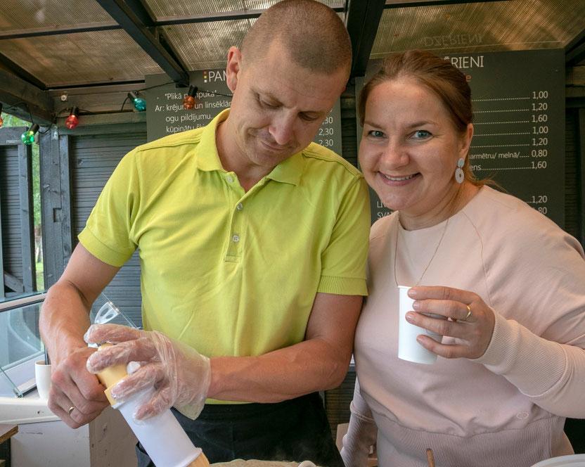 Valdas ir Inesa Martinkus savo įkurtoje blyninėje Pampūkas Preiliuose
