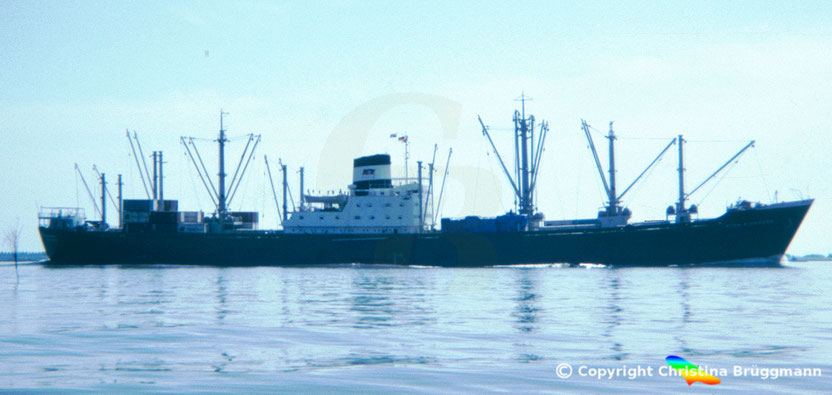 """Stückgutfrachter """"ETHA RICKMERS"""" auf der Elbe 1983"""
