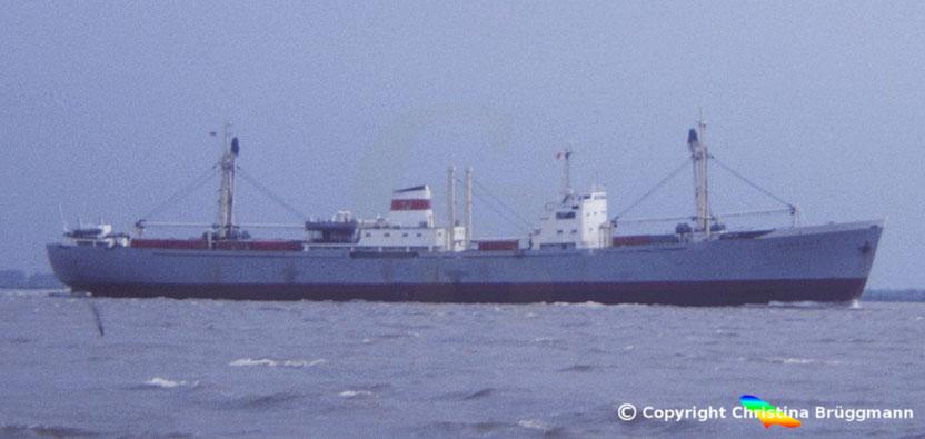 """Russischer Stückgutfrachter """"ATKARSK"""" auf der Elbe 1983"""