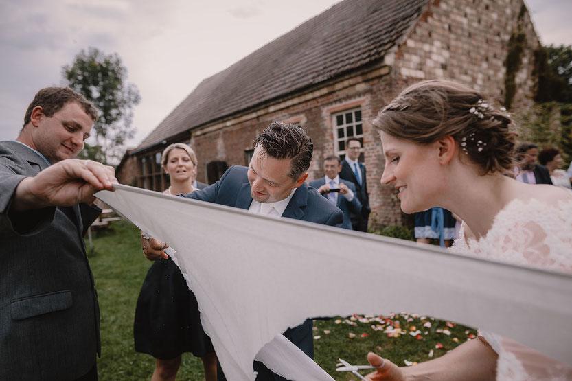 Herz ausschneiden Hochzeitsspiele Haus am Bauernsee