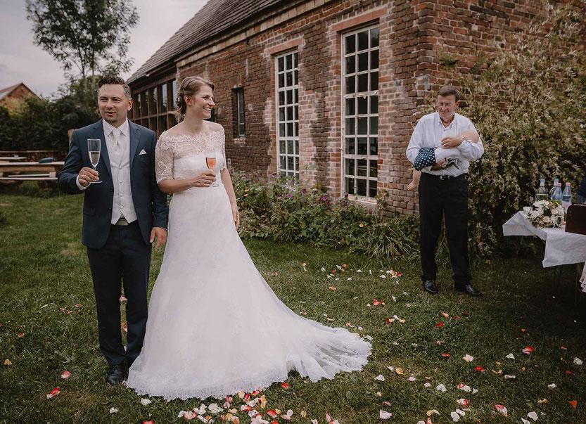 Brautpaar beim Sektempfang Haus am Bauernsee