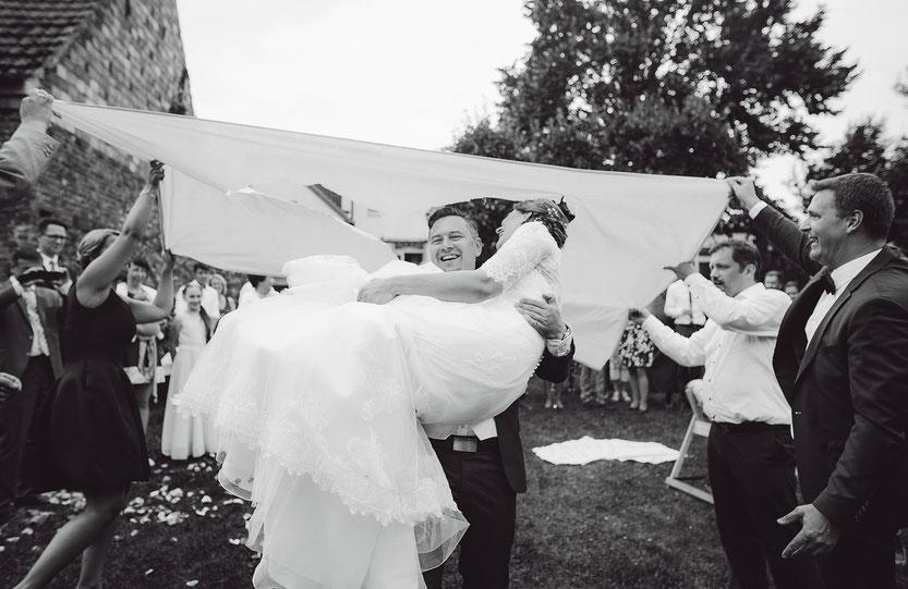 Hochzeitpaar steigt durch das ausgeschnittene Herz