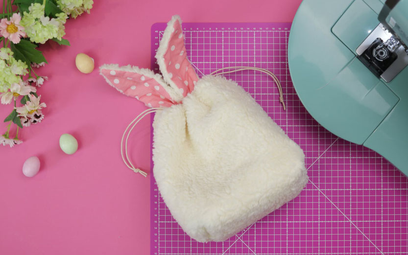 Osterbeutel / Osterkörbchen nähen in Hasenform mit Ohren für Ostern. Die Hasenbeutel sind eine Geschenkverpackung und eine tolle DIY Geschenkidee für Ostern. Dazu gibt es ein kostenloses Schnittmuster. Nähen für Ostern mit DIY Eule.