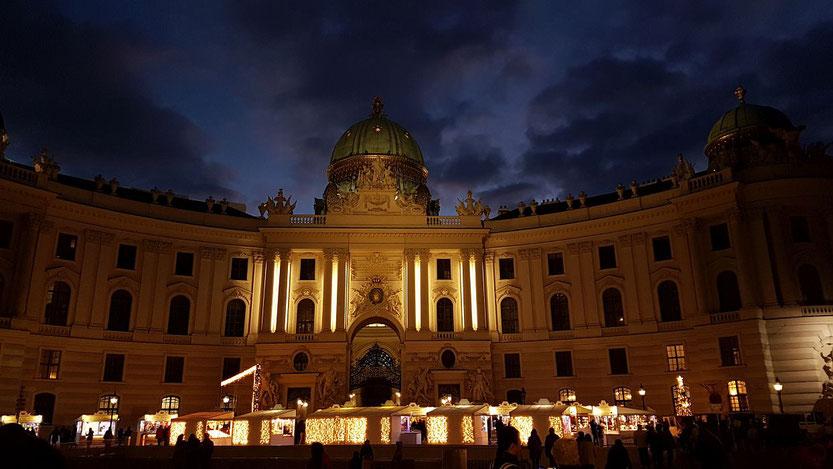 Hofburg, Michaelaplatz mit der Silberkammer