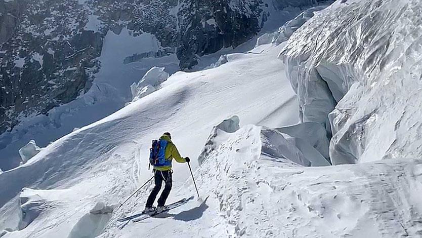 Bergführer sucht Weg durch einen Eisbruch im Mont-Blanc-Massiv
