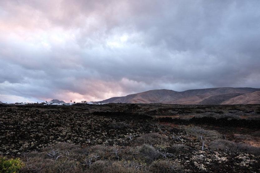 Lotus del Mar Sonnenuntergang auf Mala und Vulkanberge Lanzarote