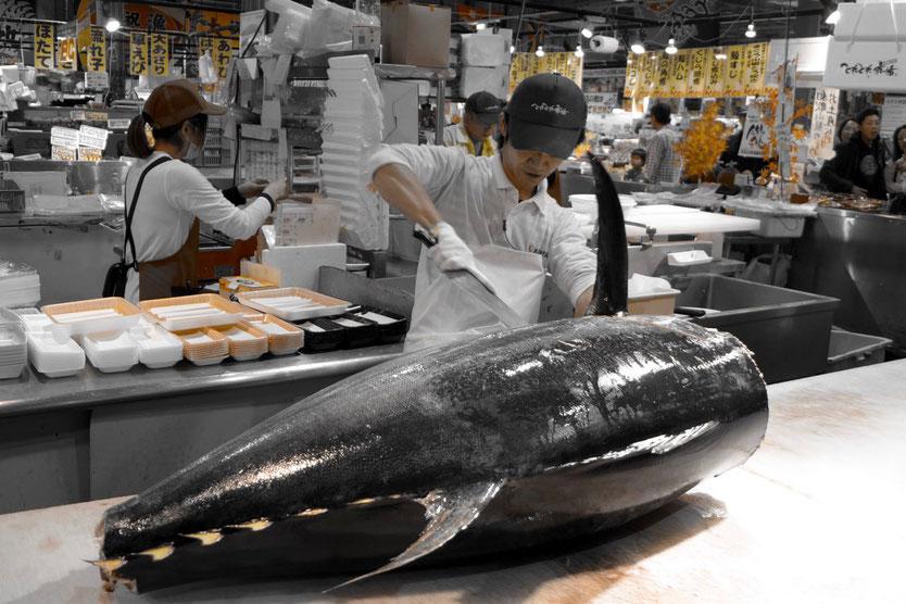 Tuna-Carving-Show Tore-tore Seafood Market Shirahama Japan