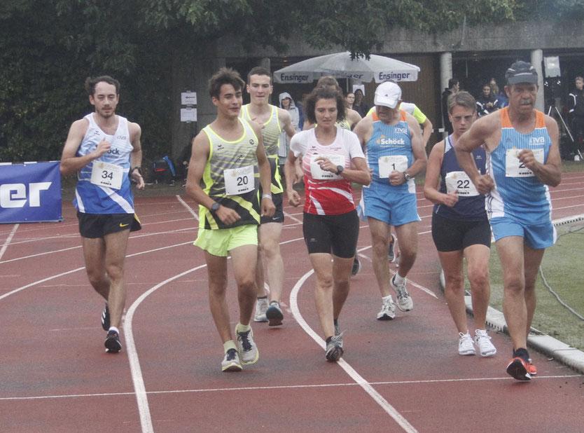 Nathaniel Seiler (links) überrundet das Feld im 3.000m-Bahngehen - Foto: Winfried Stinn