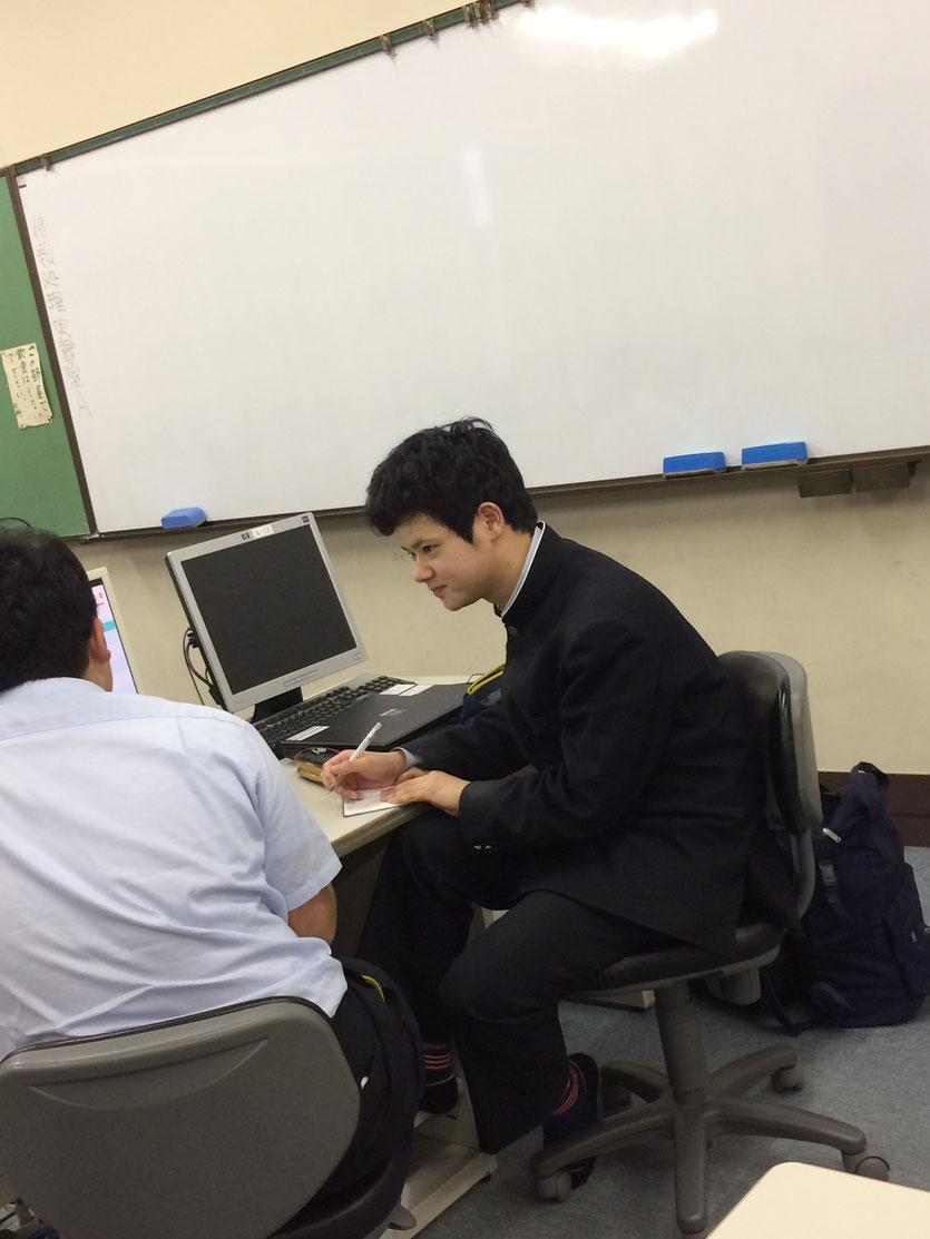 生徒がペアになり学びをインタビューしている様子