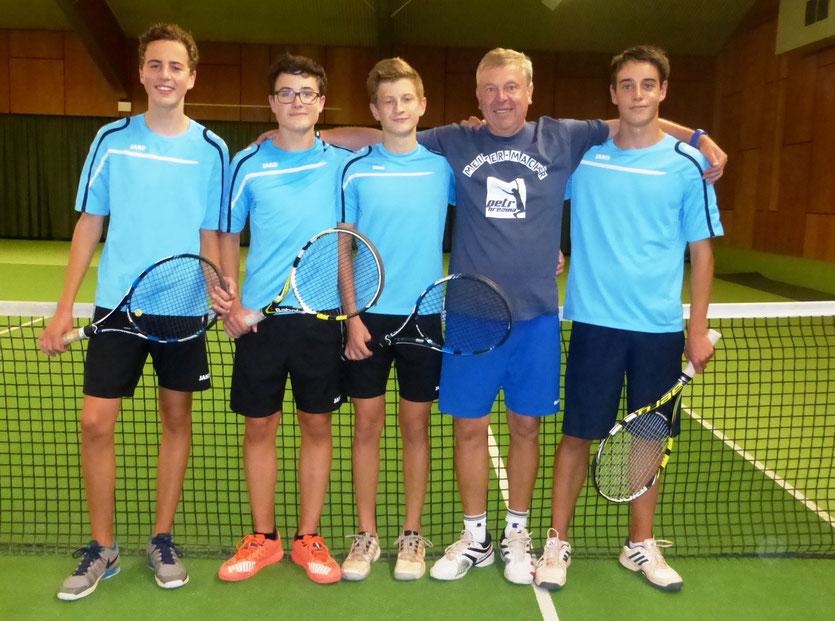 Lorenz Metzner, Michael Göller, Luis Gerhardt, Trainer Petr Brezina, Nicolas Kennemann  beim letzten Training, das wegen des Regens in der Tennishalle stadtfinden musste.