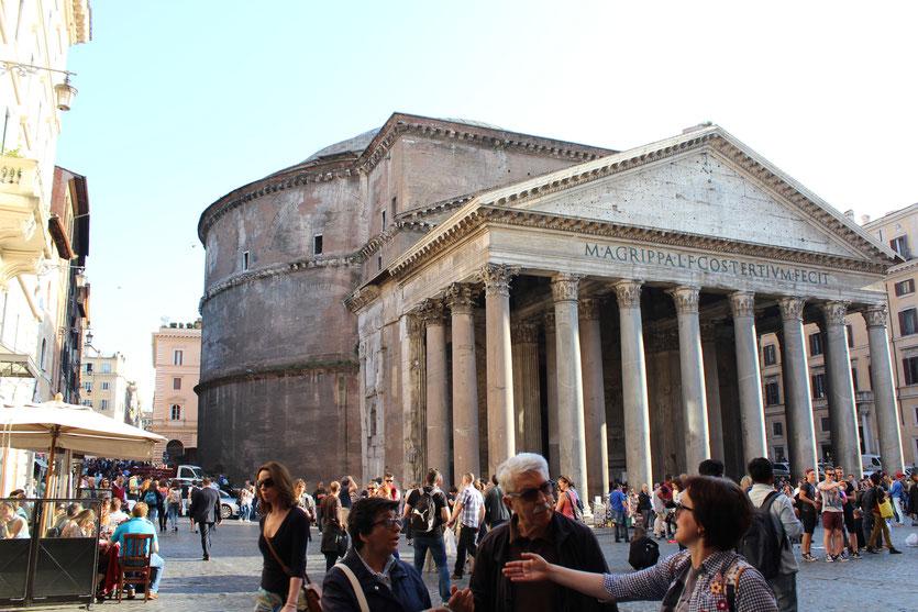 Menschliche Vielfalt vor dem Pantheon: Diskussionen über Gott und die Welt?