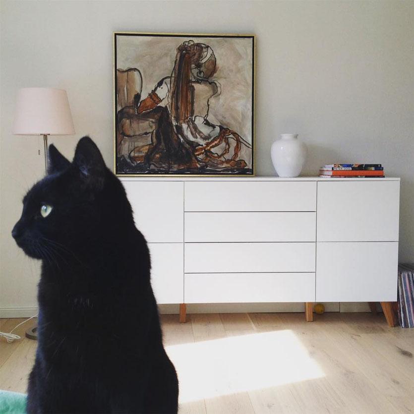 """schwarze Katze vor Gemälde """"Patricia"""" von Zoë MacTaggart"""