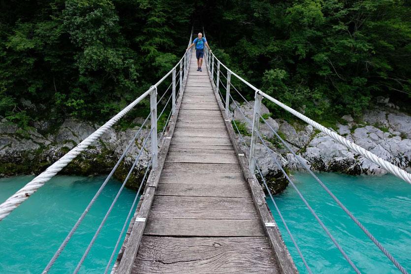 Hängebrücke auf dem Weg zum Kozjak-Wasserfall